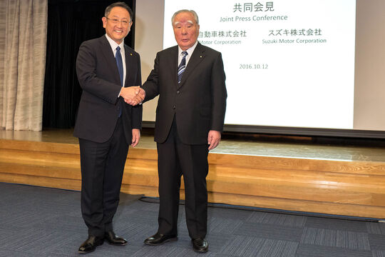 Akio Toyoda (l.) und Osamu Suzuki (r)