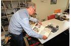 Albert Westermann beim Bilderdurchschauen