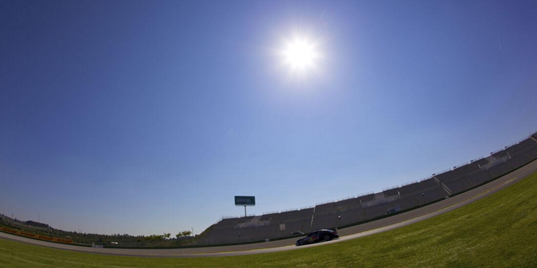 Audi A4 DTM vom Audi Sport Team Abt vor blauem Himmel