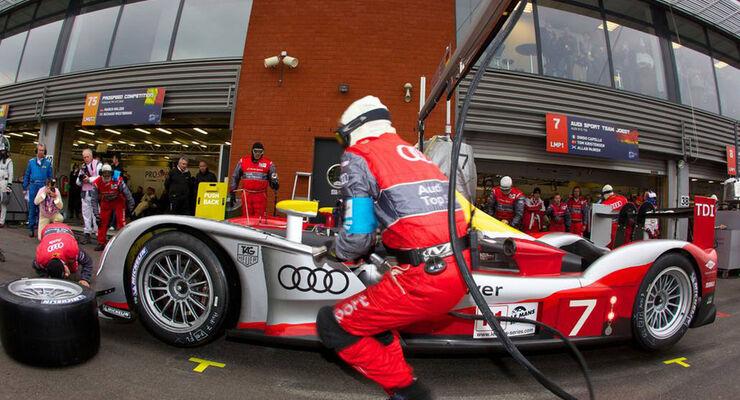 Audi R15 beim Reifenwechsel
