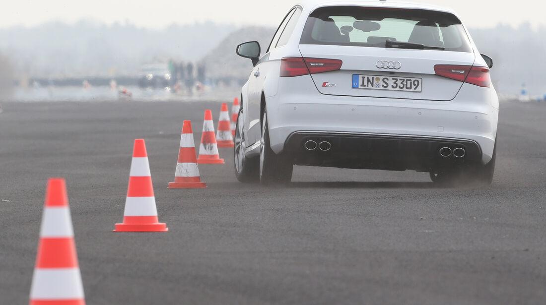 Audi S3 2.0 TFSI, Heckansicht, Slalom