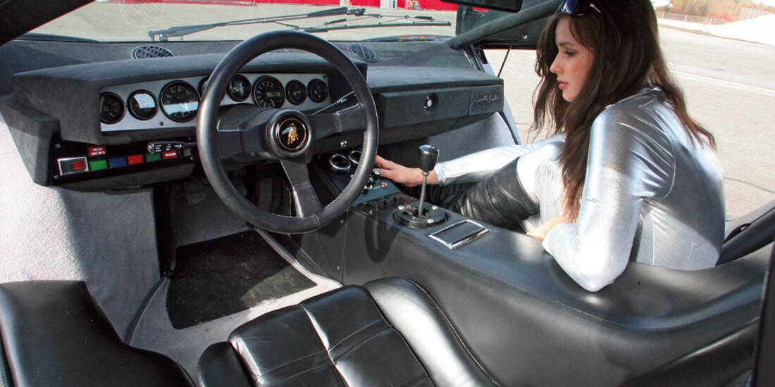 Brünette im silbernen Catsuit im Lamborghini Countach LP 400