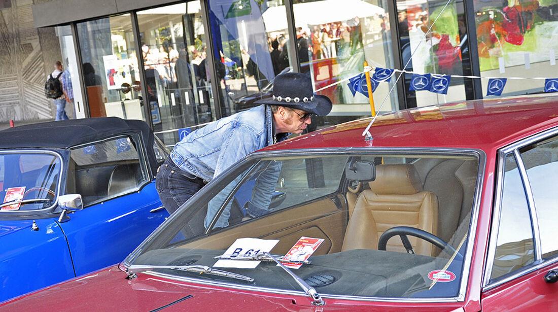 Cowboy bei der Inspektion eines Lamborghini Espada