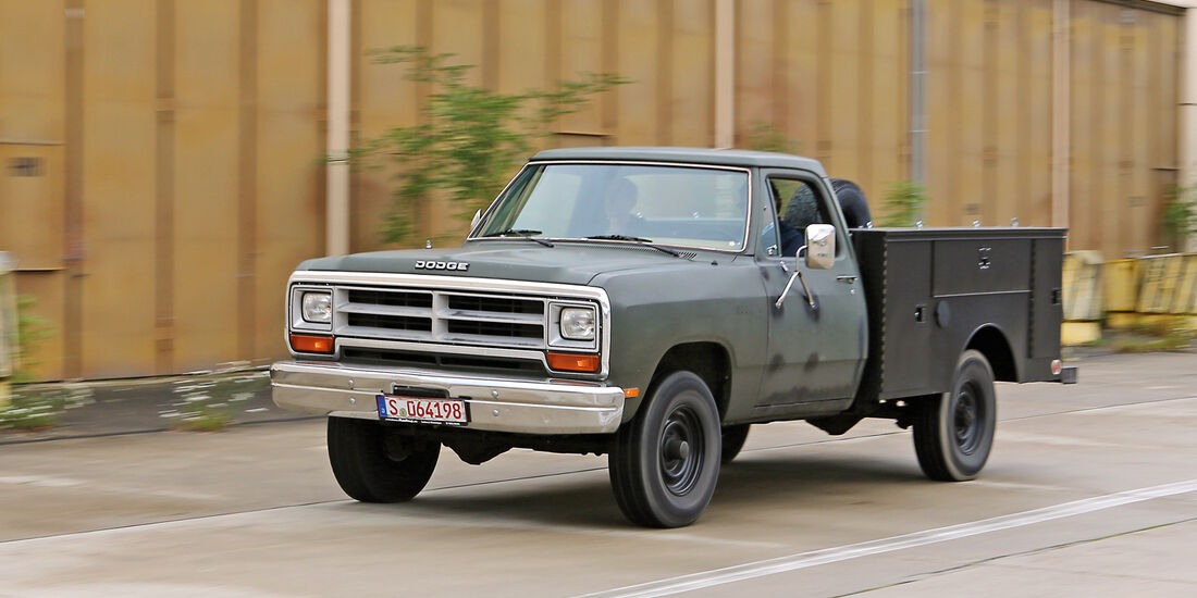 Einkaufs-Tour, Dodge W 250, Army-Pick-up, Seitenansicht
