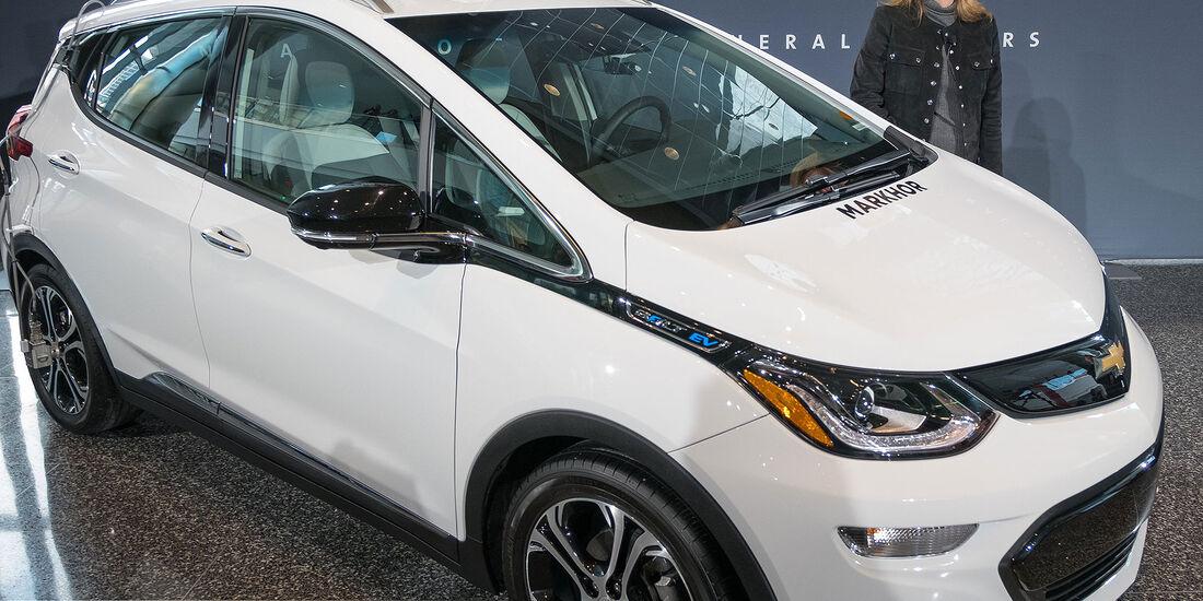 GM CEO Mary Barra mit Chevrolet Bolt AV