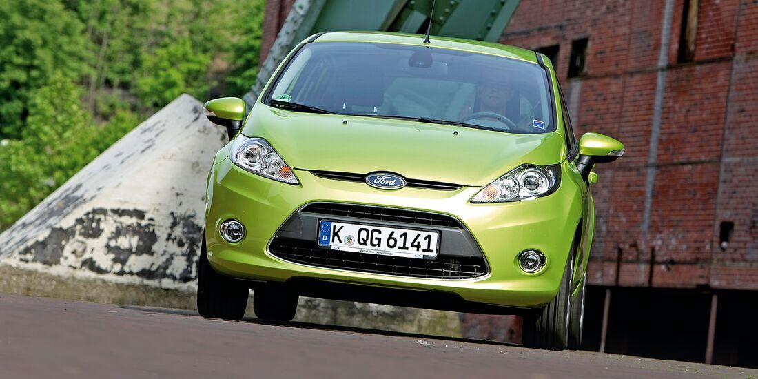 Grüner Ford Fiesta 1.25 Titanium von vorne