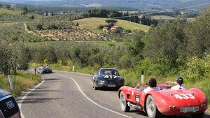 Hügellandschaft, mehrere Fahrzeuge, Landschaft