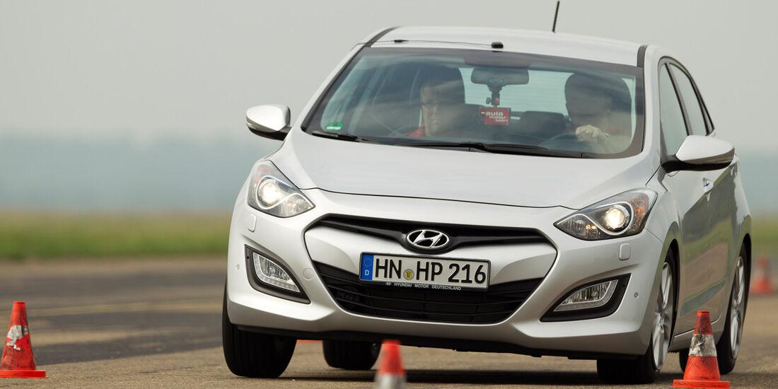 Hyundai i30 1.6, Frontansicht, Slalom