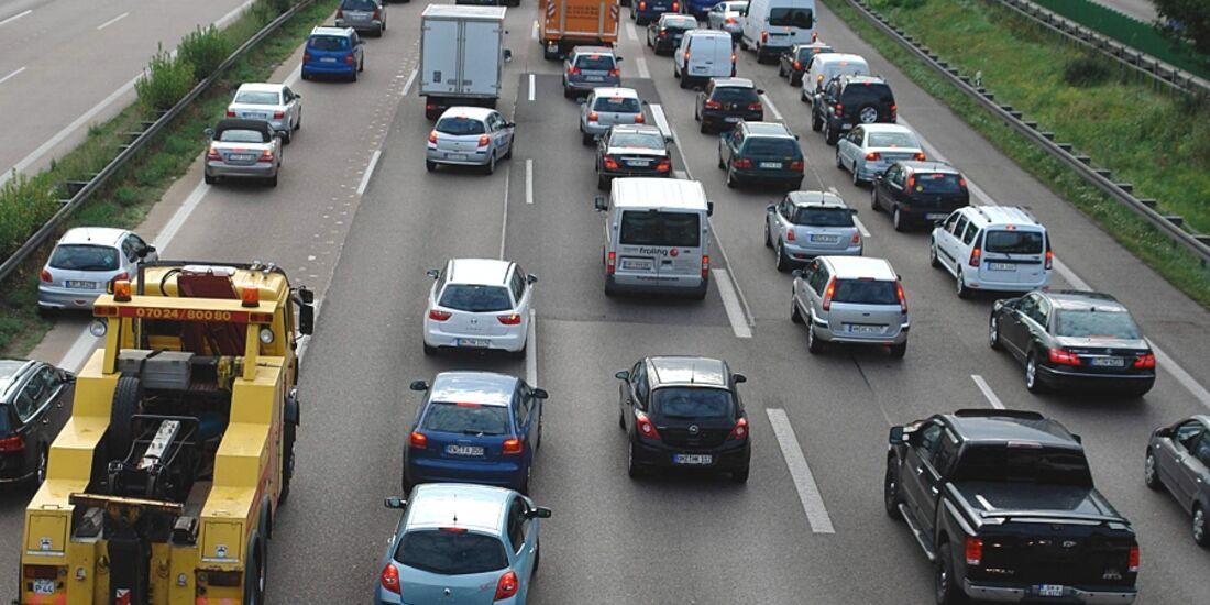 In Österreich sind ab 1. Januar 2012 alle Verkehrsteilnehmer verpflichtet, bei einem Stau eine Rettungsgasse zu bilden