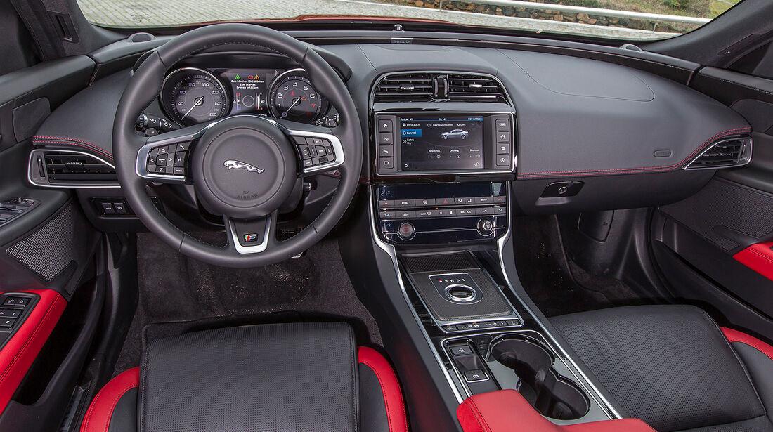 Jaguar XE, Cockpit, Instrumente