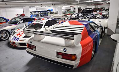 BMW-Lager mit alten Rennwagen