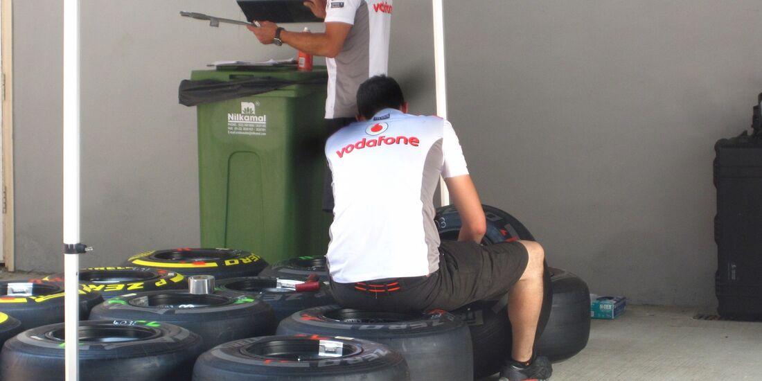 McLaren Mechaniker Reifen  - Formel 1 - GP Indien - 25. Oktober 2012