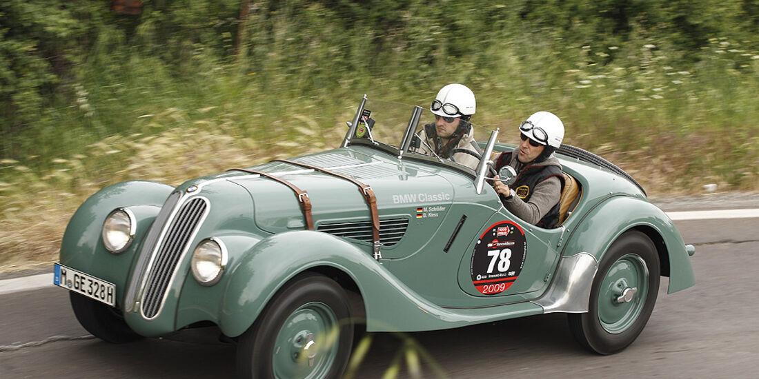 Motor Klassik-Leser Daniel Kiess und Redakteur Michael Schröder  im BMW 328.