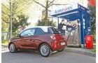 Opel Adam 1.4 LPG, Seitenansicht, Tankstelle