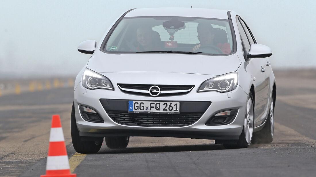 Opel Astra 1.4 Turbo Fun, Frontansicht, Slalom