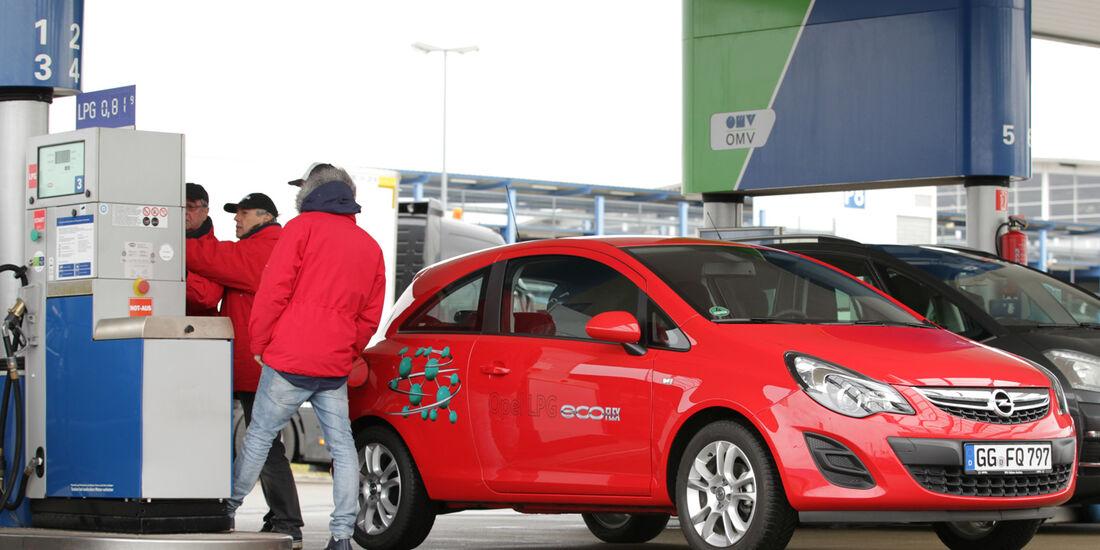 Opel Corsa 1.2 LPG, Frontansicht, Tankstelle