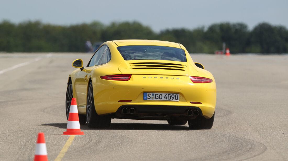 Porsche 911 Carrera S, Heckansicht, Slalom