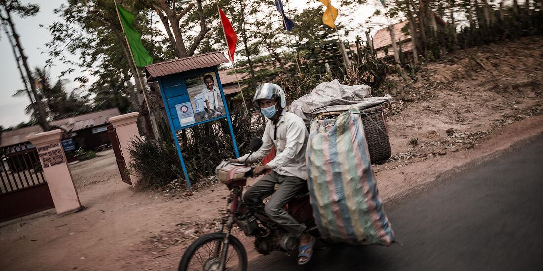 Rollerfahrer mit Gepäck