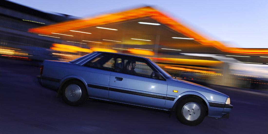 Seitenansicht eines fahrenden Mazda 626 Coupé 2.0 GLX, Baujahr 1983