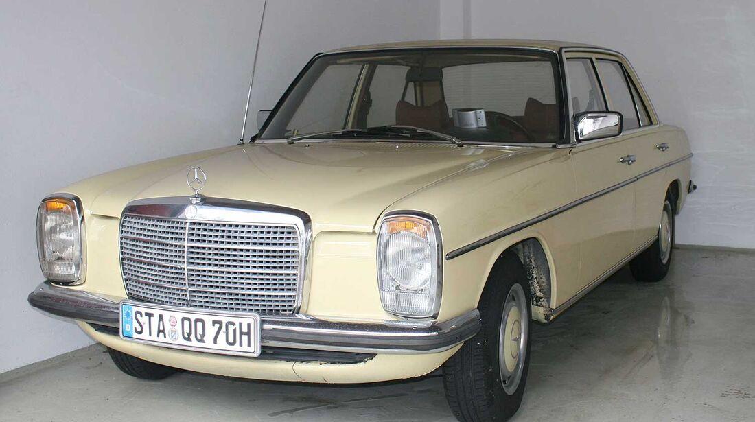 Startnummer 143: Joachim Lausenmeyer und Sabine Leutheusser-Schnarrenberger im Mercedes-Benz 230/8, 2,3 Liter, 4-Zyl. Reihe, 115 PS, Baujahr 1975.