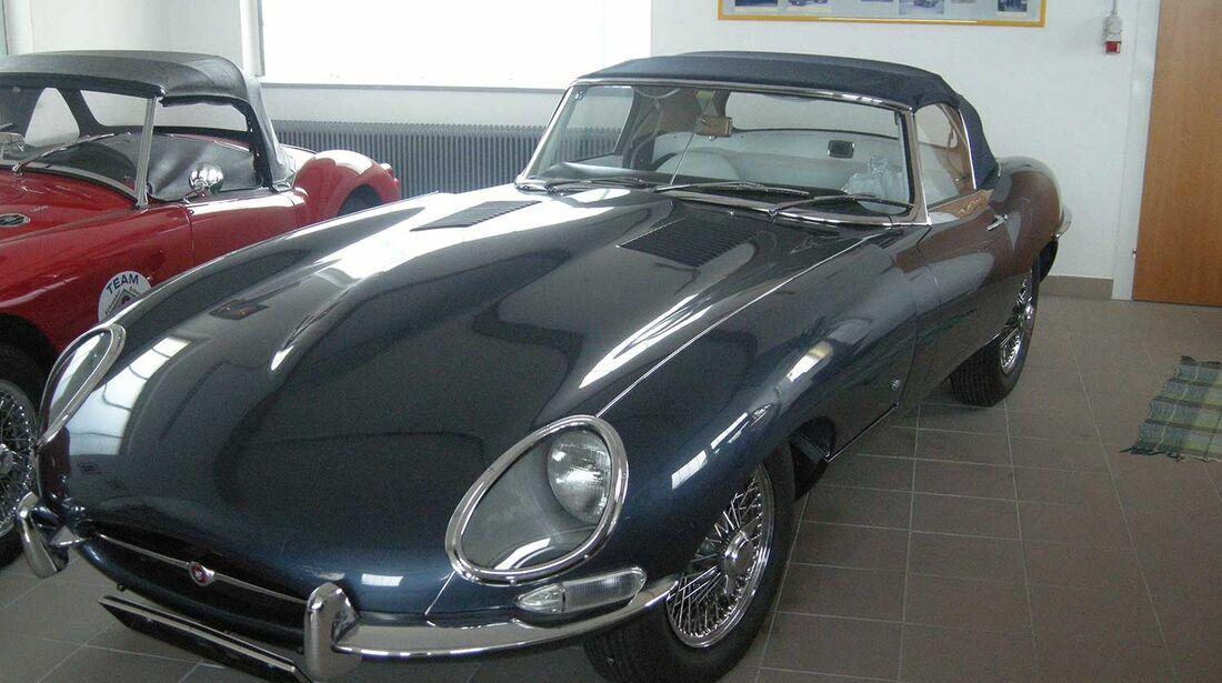 Startnummer 98: Gerald und Karl Stubenberger im Jaguar E-Type Serie 1, 3,9 Liter, 6-Zyl. Reihe, 185 PS, Baujahr 1961.