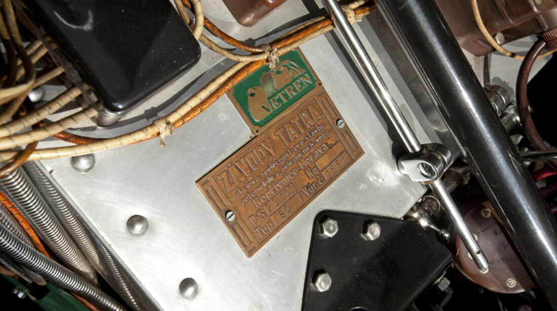 Tatra T80, Motorraum, Typenschild