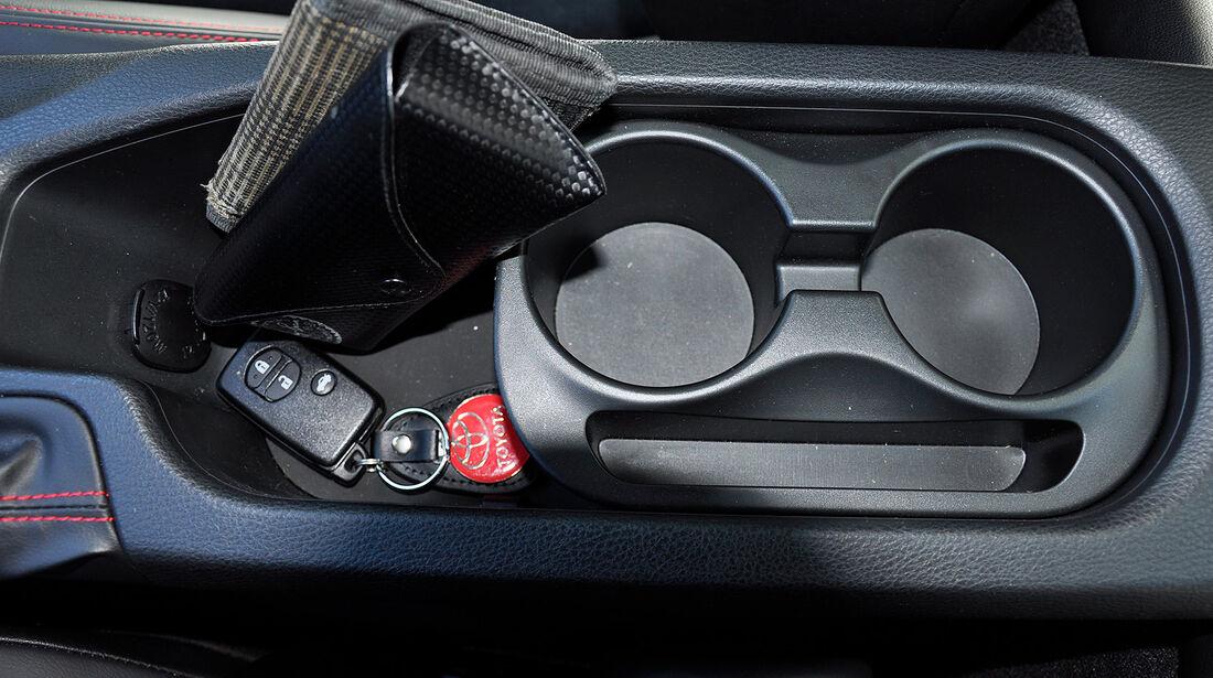 Toyota GT 86, Mittelkonsole, Ablagefach, Getränkehalter