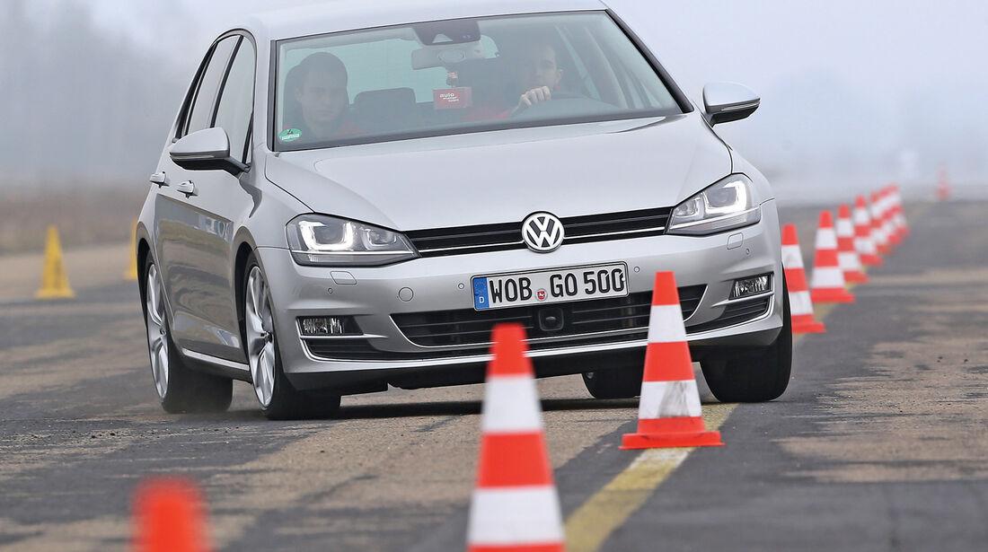 VW Golf 1.4 TSI ACT Highline, Frontansicht, Slalom
