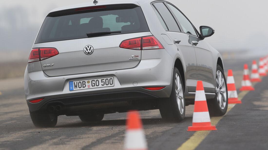 VW Golf, Heckansicht, Slalom