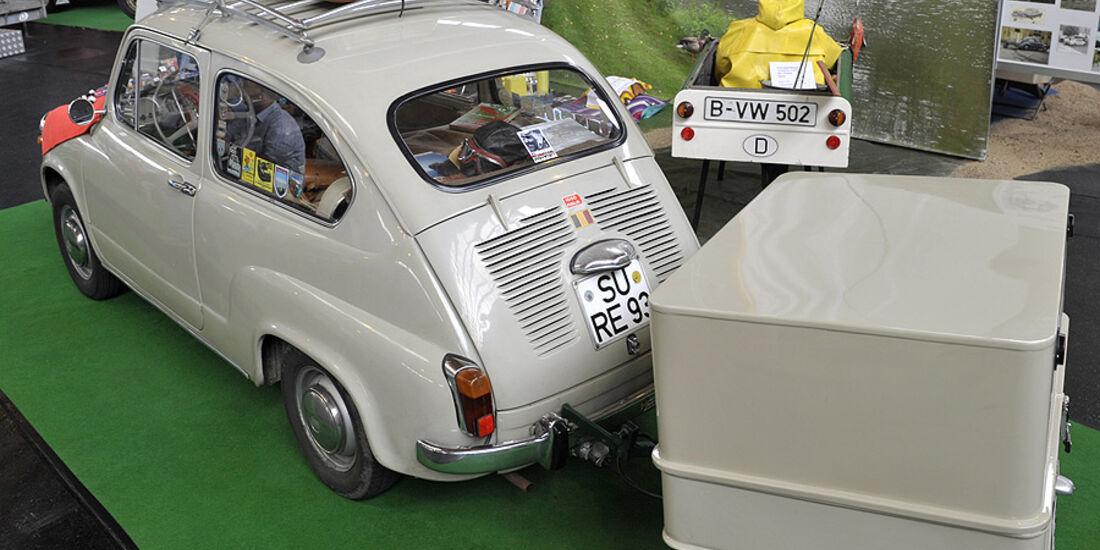 grauer Fiat 600 mit Anhänger auf Fiat-Club-Stand