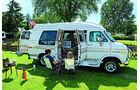 weißer GMC Vandura auf Campingplatz